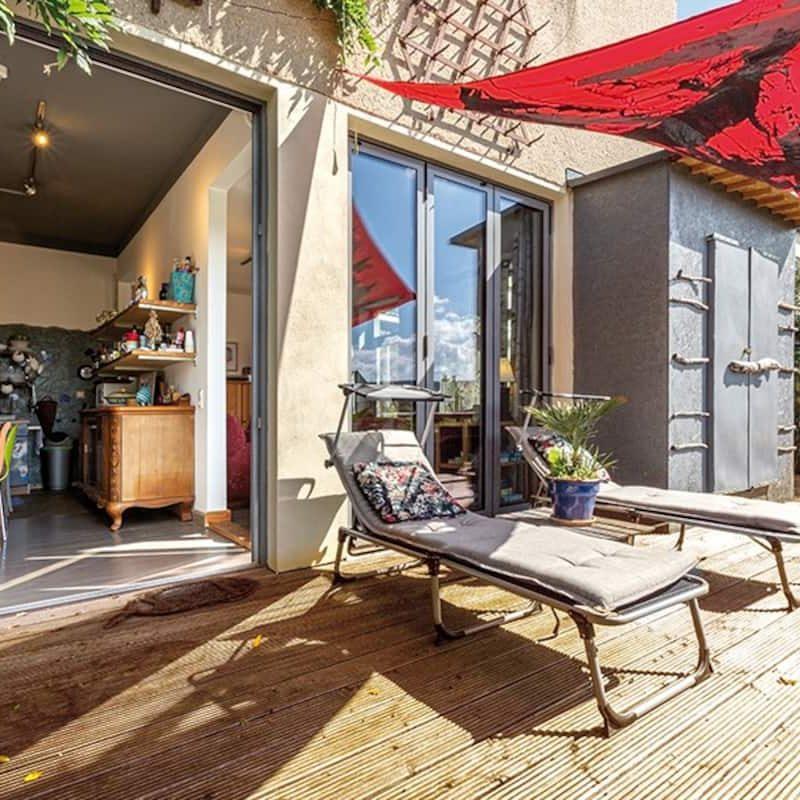 Großzügige, ruhige Terrasse – direkt von der Küche und dem Wohnbereich aus begehbar. Herrlich für Kulinarik im Freien.