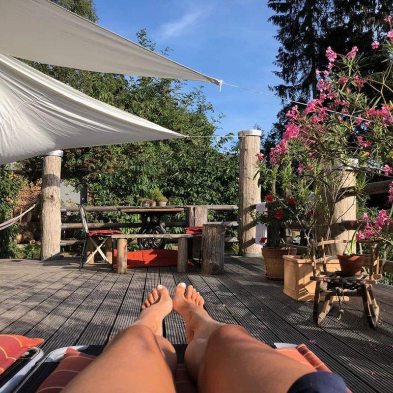 Große Sonnenterrasse mit bequemen Liegestühlen, Hängematten und Sonnensegeln erzeugen mediterranes Flair mitten im Erzgebirge. Das besondere Highlights sind die hauseigene Sauna, der große Garten mit Grill- und Lagerfeuerstelle und ein Fitnessraum.