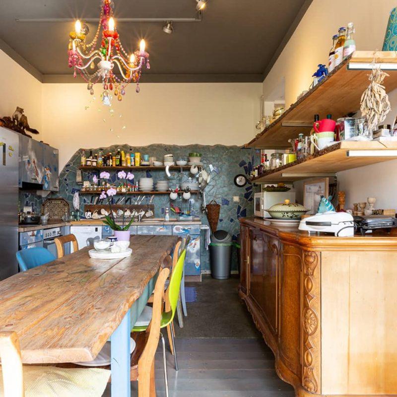 Küchenbereich – Herd mit Cerankochfeld und elektrischem Backofen, Mikrowelle, Kühlschrank, Geschirrspülmaschine ... und natürlich mit rustikalem Tisch für bis zu zehn Personen.