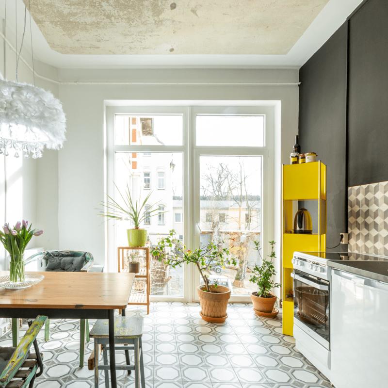 Separat abgeteilte, neu eingerichtete Küche mit Panoramafenster und Esstisch. Einkaufsmöglichkeiten wie Edeka oder Aldi befinden sich zwei Gehminuten entfernt, der Bäcker bereitet frische Semmeln nur 100 Meter von der Villa entfernt.