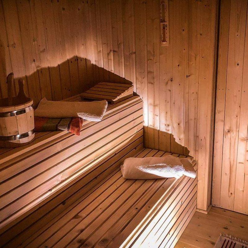 Sauna mit Kaminholzofen.