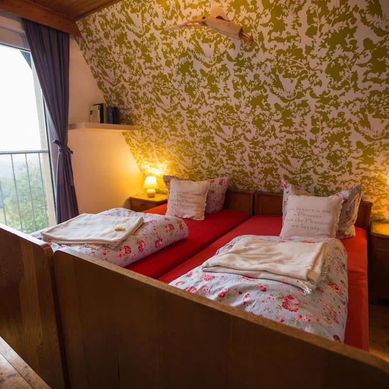 Talblick – Schlafzimmer mit Dachschräge und Blick auf das Erzgebirge.