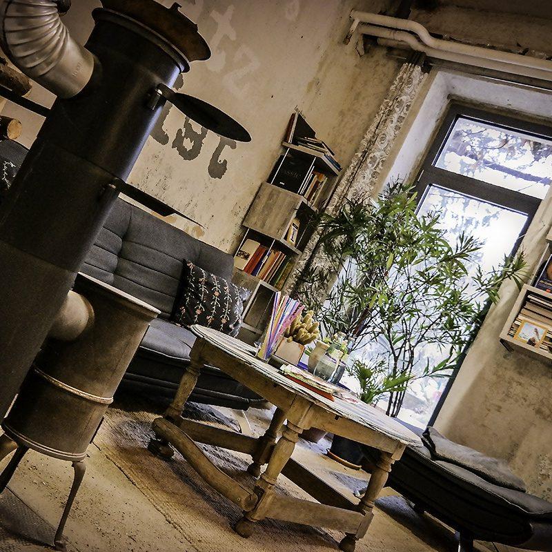 Zum Chillen nach der Sauna oder nach der Fitnesseinheit gibt es eine Gemeindschaftsbibliothek mit kleinem Kaminofen.