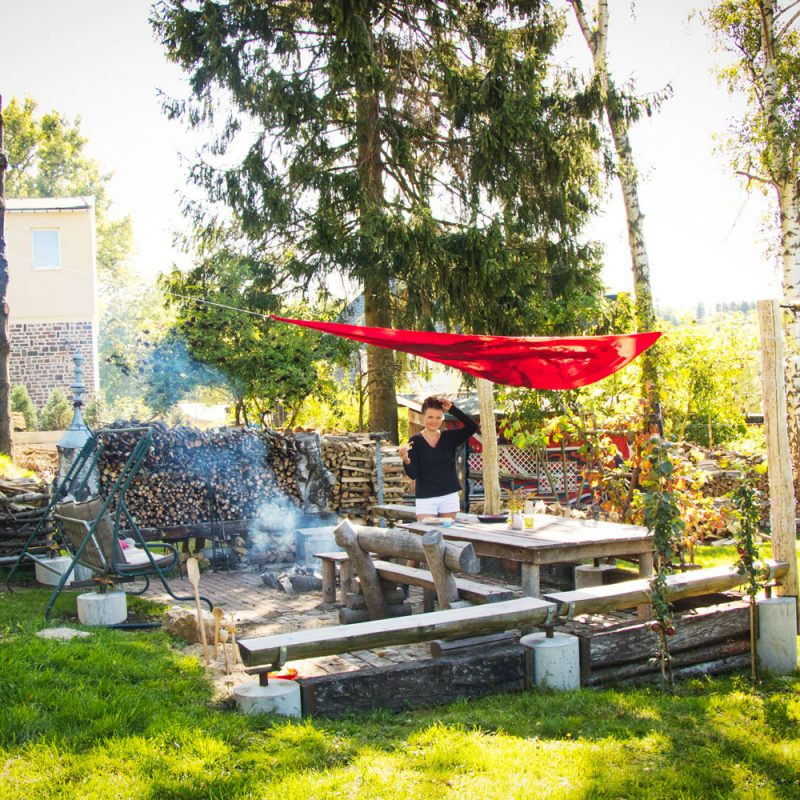 Gemütliche Grill-und Lagerfeuerstelle im Garten.