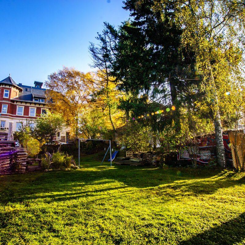 Der große Garten mit Grill- und Lagerfeuerstelle ist die Wohlfühloase mitten in der Bergstadt.