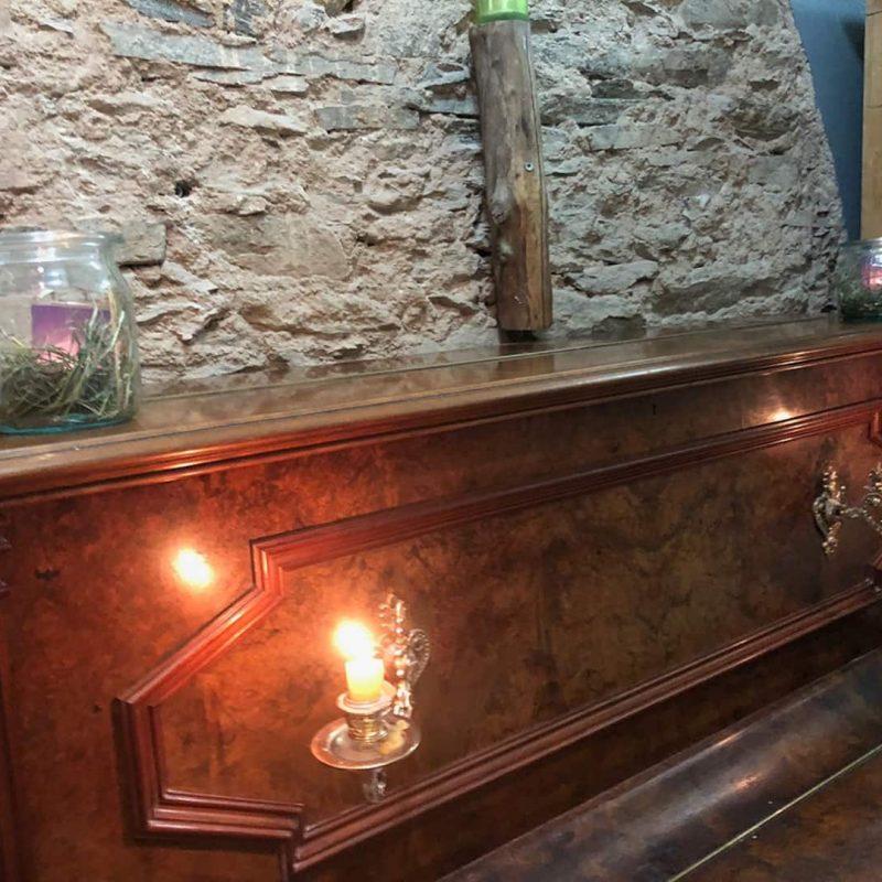 Klavier im Chillbereich der Sauna.