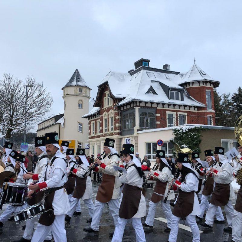 Jedes jähr im Dezember marschiert die Bergparade direkt an der Villa Stark vorbei. Bequemer könnt ihr Bergbautradition nicht erleben.