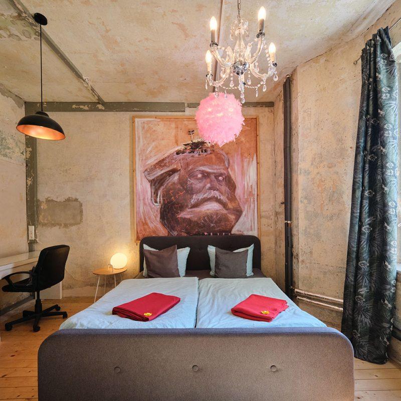 Atelierzimmer mit gemütlichem Doppelbett.