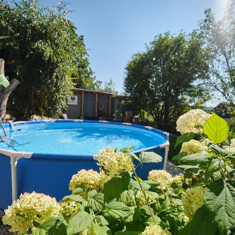 Der Pool steht für eine kühle Erfrischung bereit.