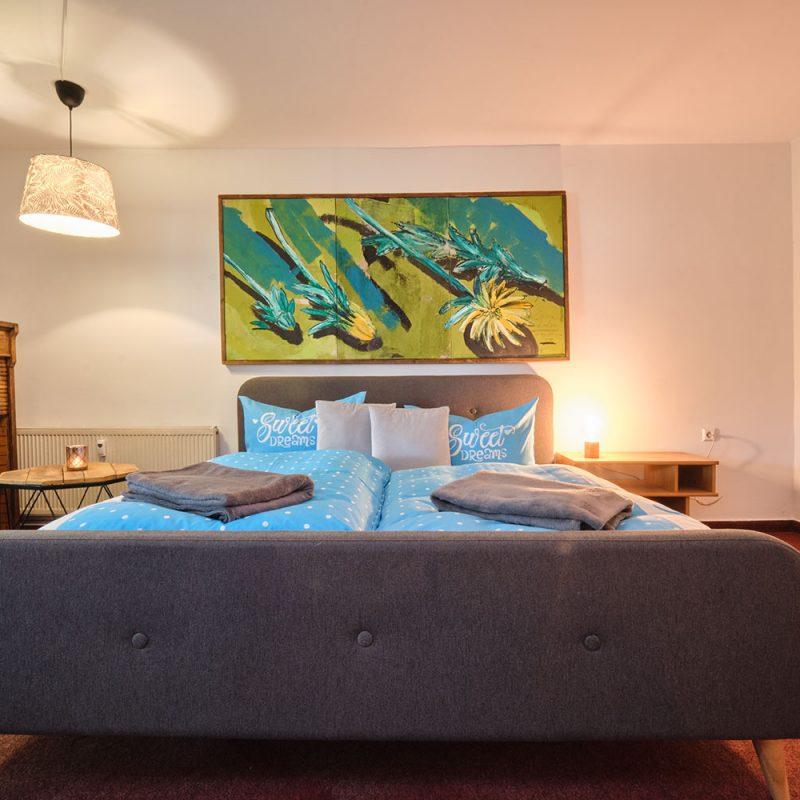 Dornröschen – großzügiges Schlafzimmer, mit gemütlichem Bett.