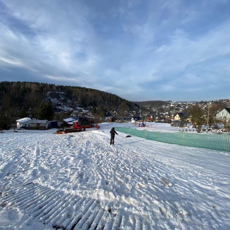 Der Skihang Pobershau befindet sich nur sechs Kilometer entfernt. Und das Skibiet Fichtelberg erreicht ihr in 45 Minuten mit dem Auto.