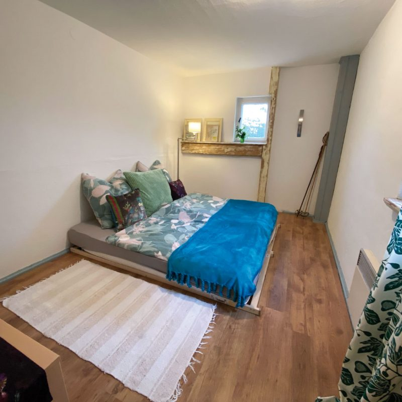 Großzügiges Schlafzimmer.