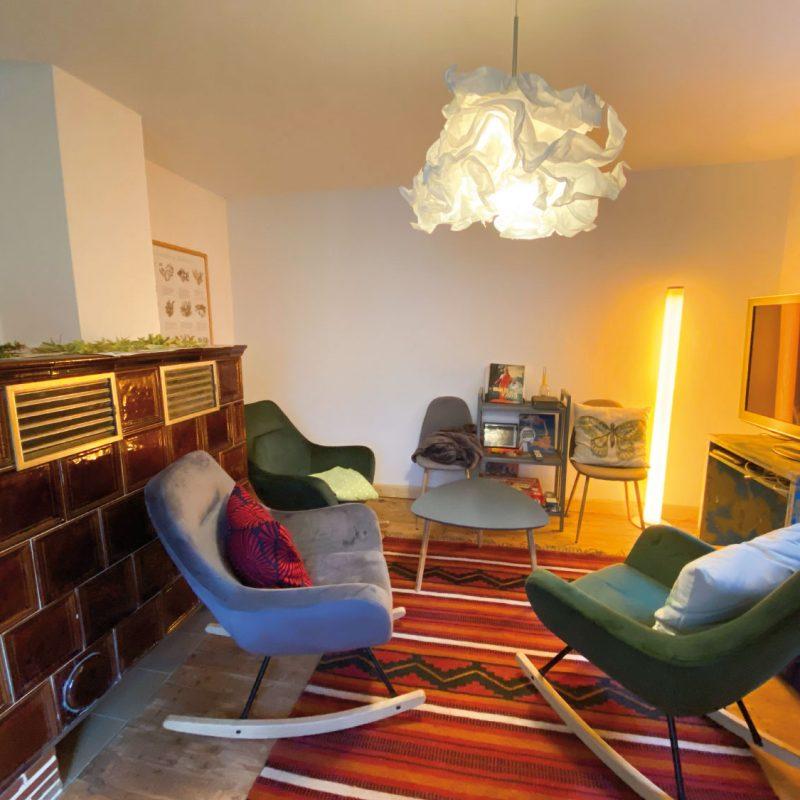 Gemütliches Wohnzimmer mit TV.